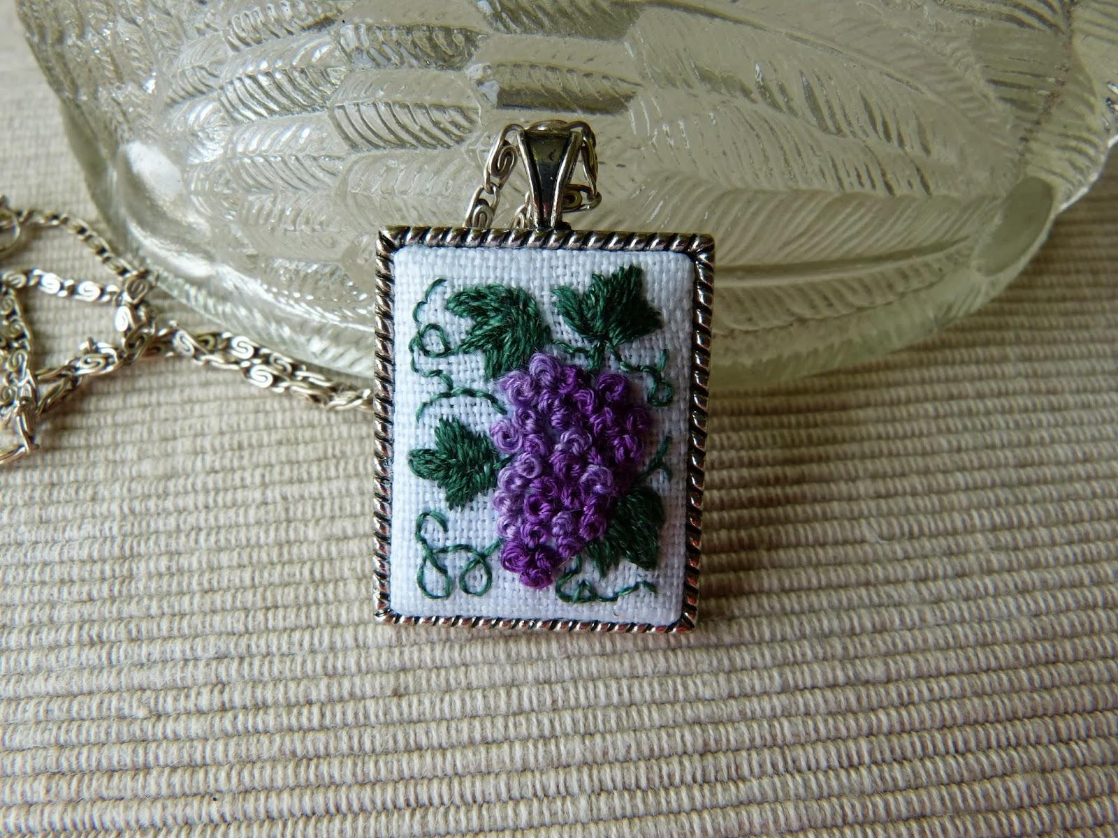 haftowane winogrona, naszyjnik z haftem, haftowany wisiorek, embroidered pendant, embroidery
