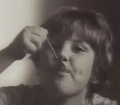 Propaganda do iogurte Danone com um garoto francês