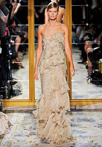 Атрактивна бежова рокля на Marchesa