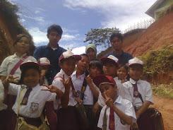 photo ketika membantu mengajar di salah satu daerah terpencil