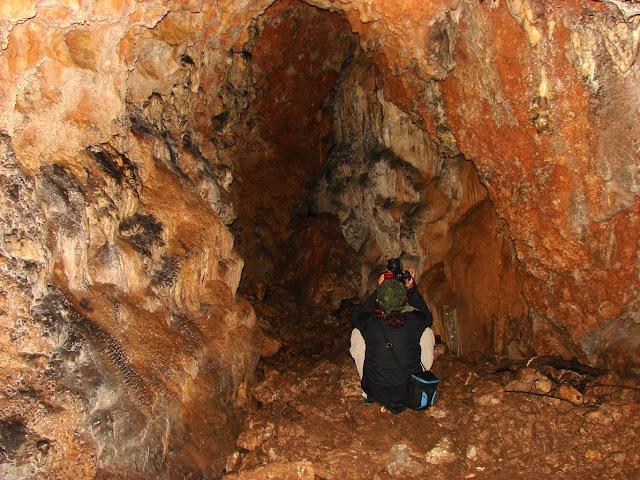 Олег фотографирует пещеру