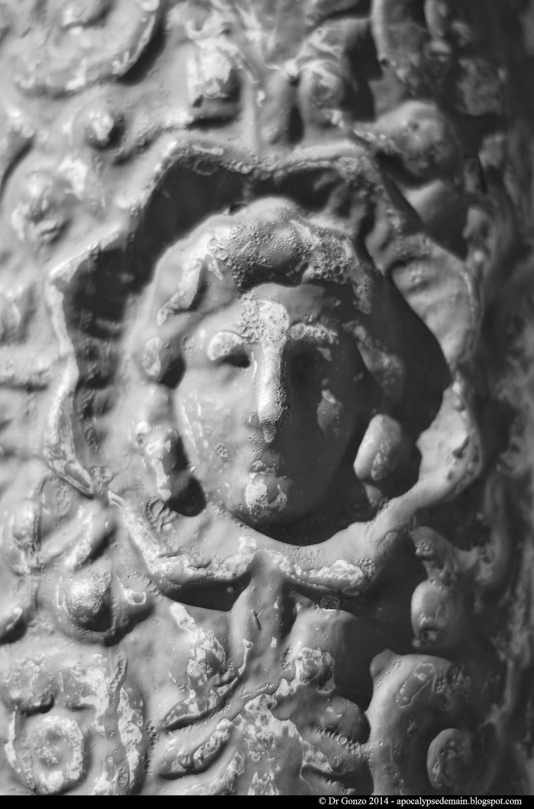 Paris-statue-réverbère-passant-flou
