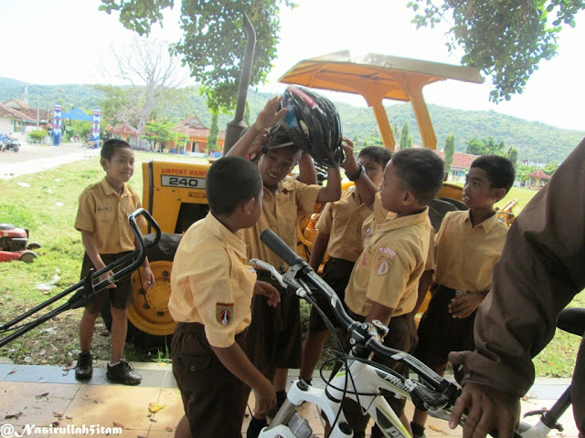 Anak-anak SD berebutan ingin memakai helm sepedaku