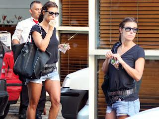Die Shorts mit Taschen sind in Mode