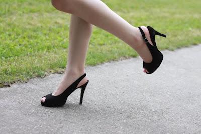 schwarze High Heels von Mackarrie mit Hansaplast Foot Expert SOS Blasen-Pflaster