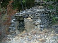 La Cabana dels Pastors amb la gran llosa del brancal dret