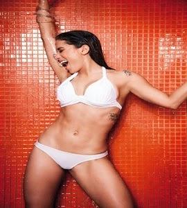 Anitta posa sexy em piscina para revista: veja as fotos