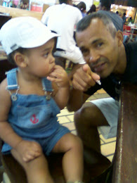 Comendo Batata frita no shopping com papai
