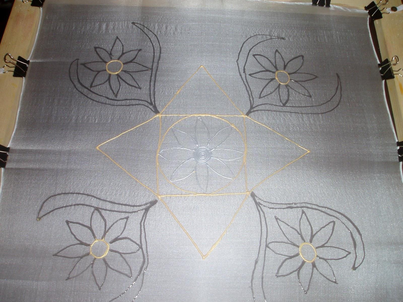 Ezen a képen már a kifeszített selymen a szimbólumokat kontúrral  átfestettem. 2b73943e72