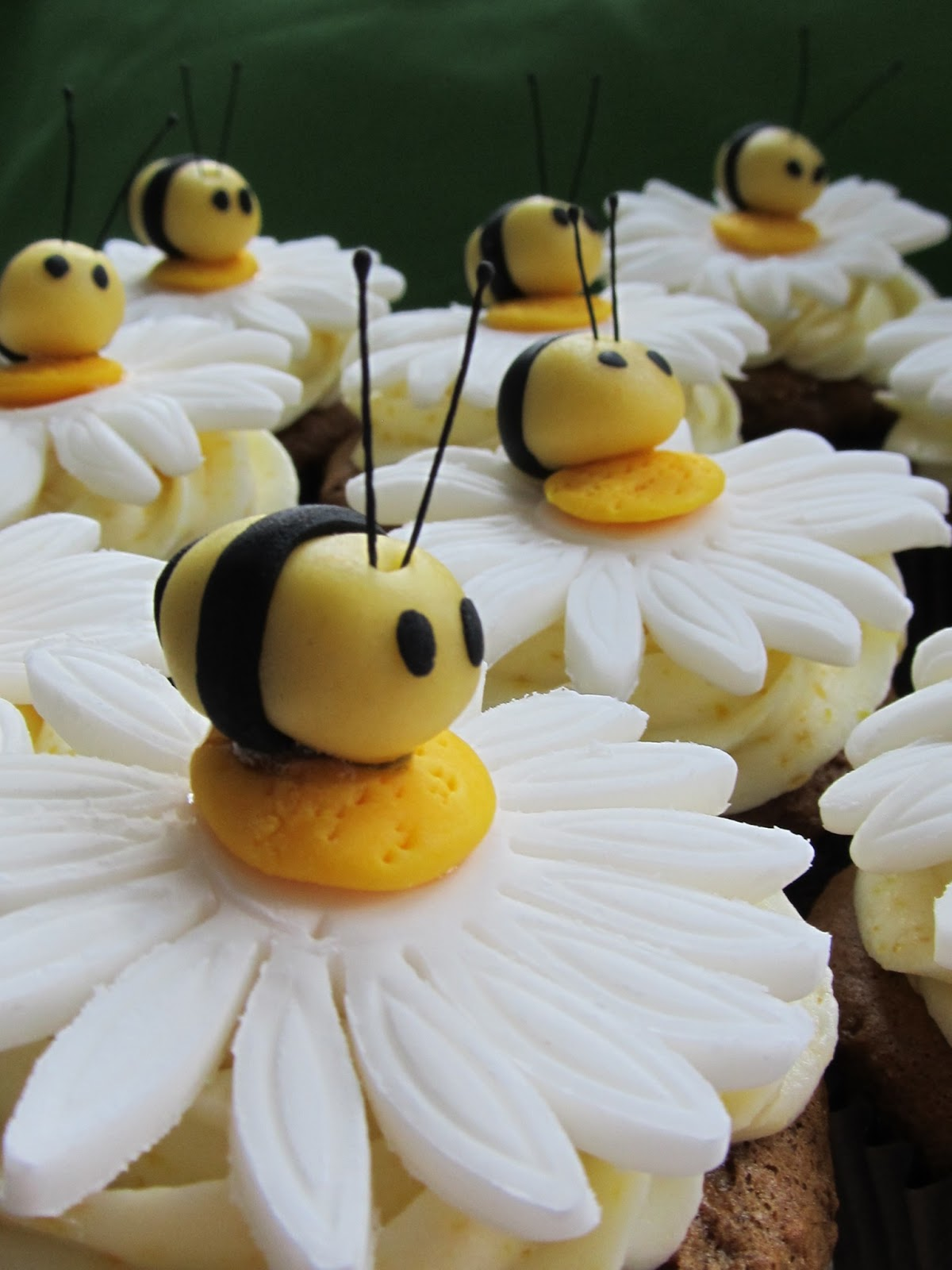 Sweet Treets Cakery Bee And Daisy Cupcake Topper Tutorial