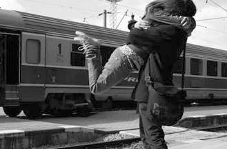 كيف تجذبين انتباه الرجل اليكى.... وتجعليه يشعر بك - رجل يحضن يحتضن حبيبته امرأة - man hug hugging woman girlfriend