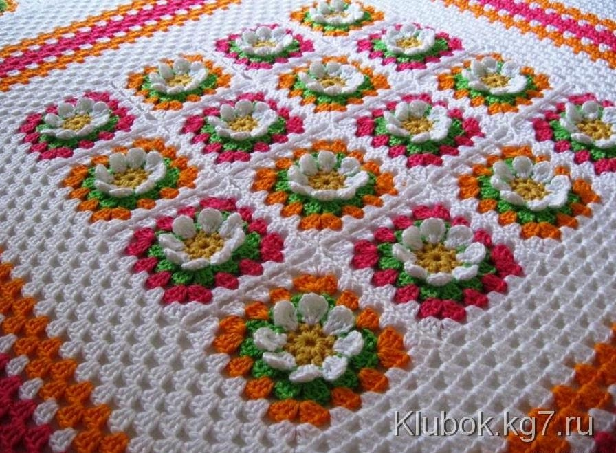 Cubrecama tejido con ganchillo con grannys de flores con esquemas