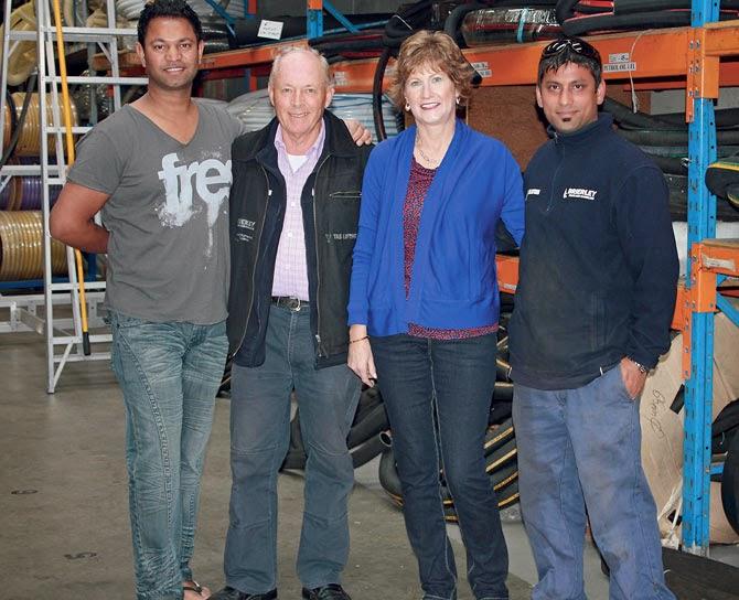 Saroo (balra) és az ausztrál családja