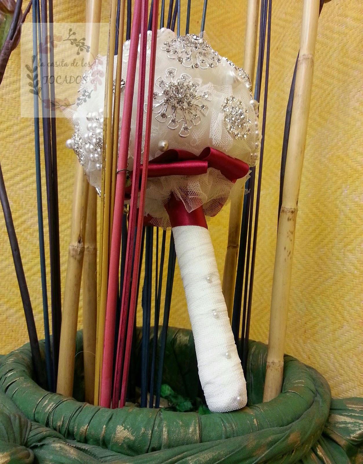 ramo vintage para novia con broches en color plata y blanco perla