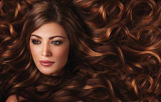 Donner des reflets aux cheveux bruns