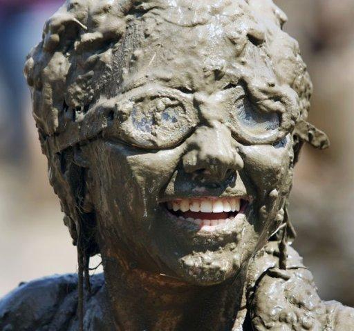 என்ன அசிங்கம் இது பாருங்கள். Mud+Day+celebration+%282%29