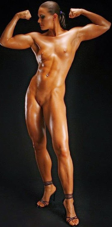 uomo muscoloso scopa donna