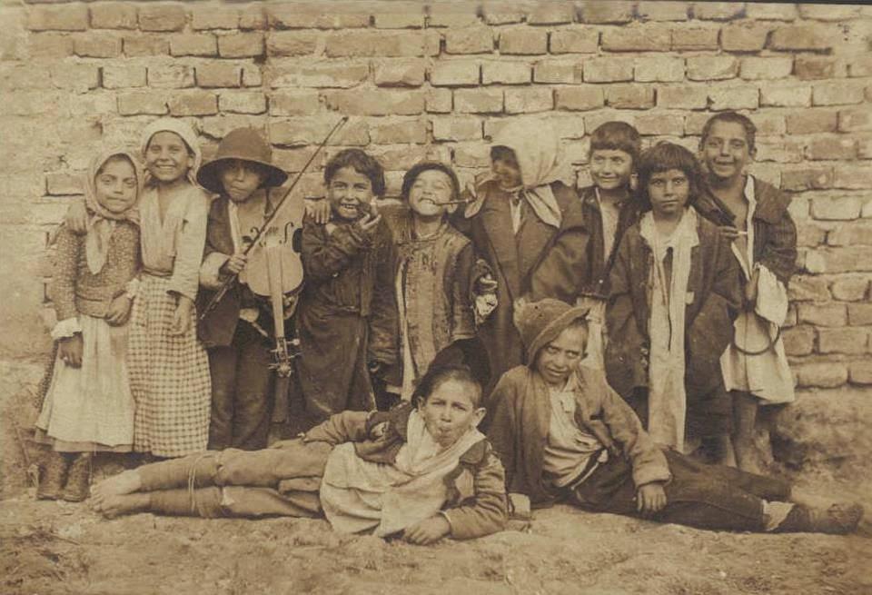 Grup de copii vagabonzi