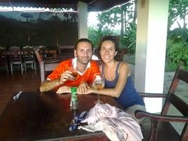 Fabio y Rika construyeron la cabaña ecológica de botellas de vidrio y plástico en Las Lajas, Panamá