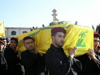 Pasukan Hizbullat menggotong mayat kawannya (foto Arrahmah)