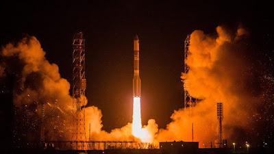 Un cohete ruso no tripulado se desvió de su curso y explotó en una bola de fuego el día Martes, segundos después del despegue desde una plataforma de lanzamiento en Kazajstán, No hubo reportes inmediatos de víctimas.