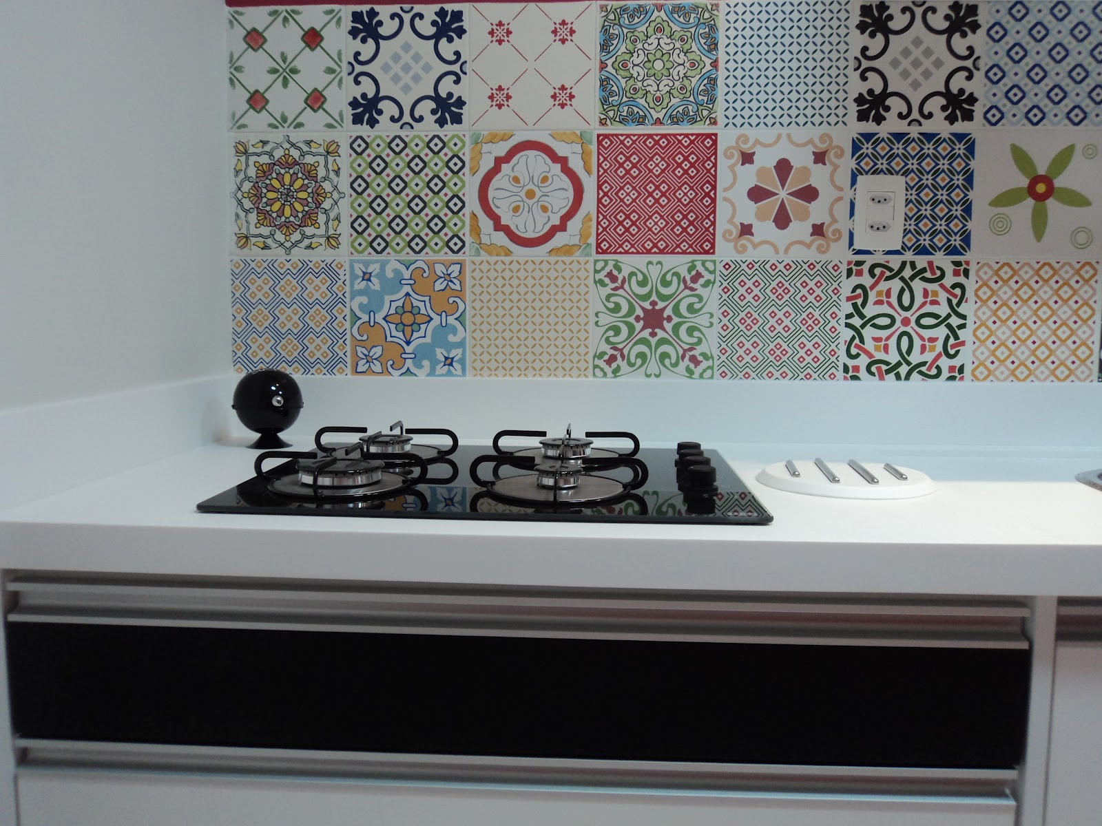 em Corian com cooktop e painel em azulejos estampados Patchwork #714043 1600x1200 Banheiro Com Azulejo Patchwork