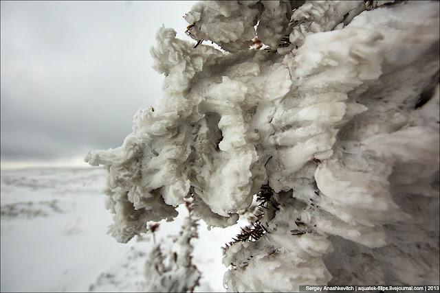 И снова замерзший снег, направленный ветром в нужную сторону