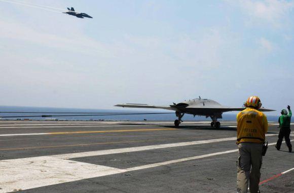X-47B mendarat di USS Theodore Roosevelt