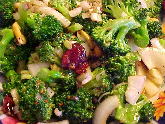 Salade de brocoli, de canneberges et de  cajou