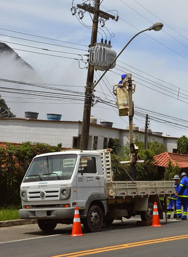 Equipes trabalham na manutenção da rede de iluminação pública em diversos bairros também no horário da noite