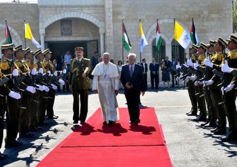 Papa Francisco é recebido pelo presidente Mahmoud Abbas