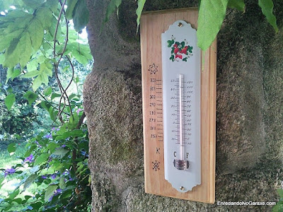 Soporte de madera para termómetro de pared.. www.enredandonogaraxe.com
