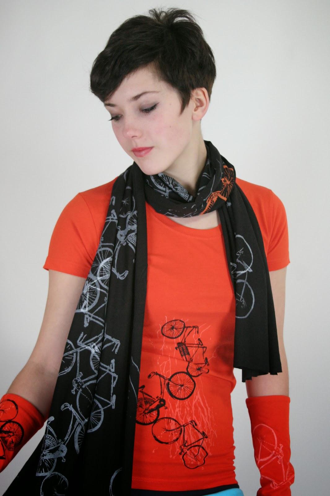 Schwarzer Schal mit Fahrrädern bedruckt