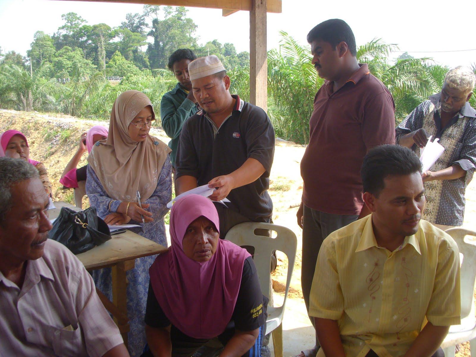 Sdr Rebin Birham Setiausaha Biro Masyarakat Felda dan Orang Asal kanan sekali bergambar dengan pengusaha ikan air tawar di Felda Gedangsa