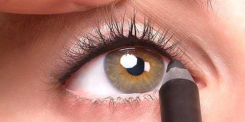 como delinearse los ojos con lápiz