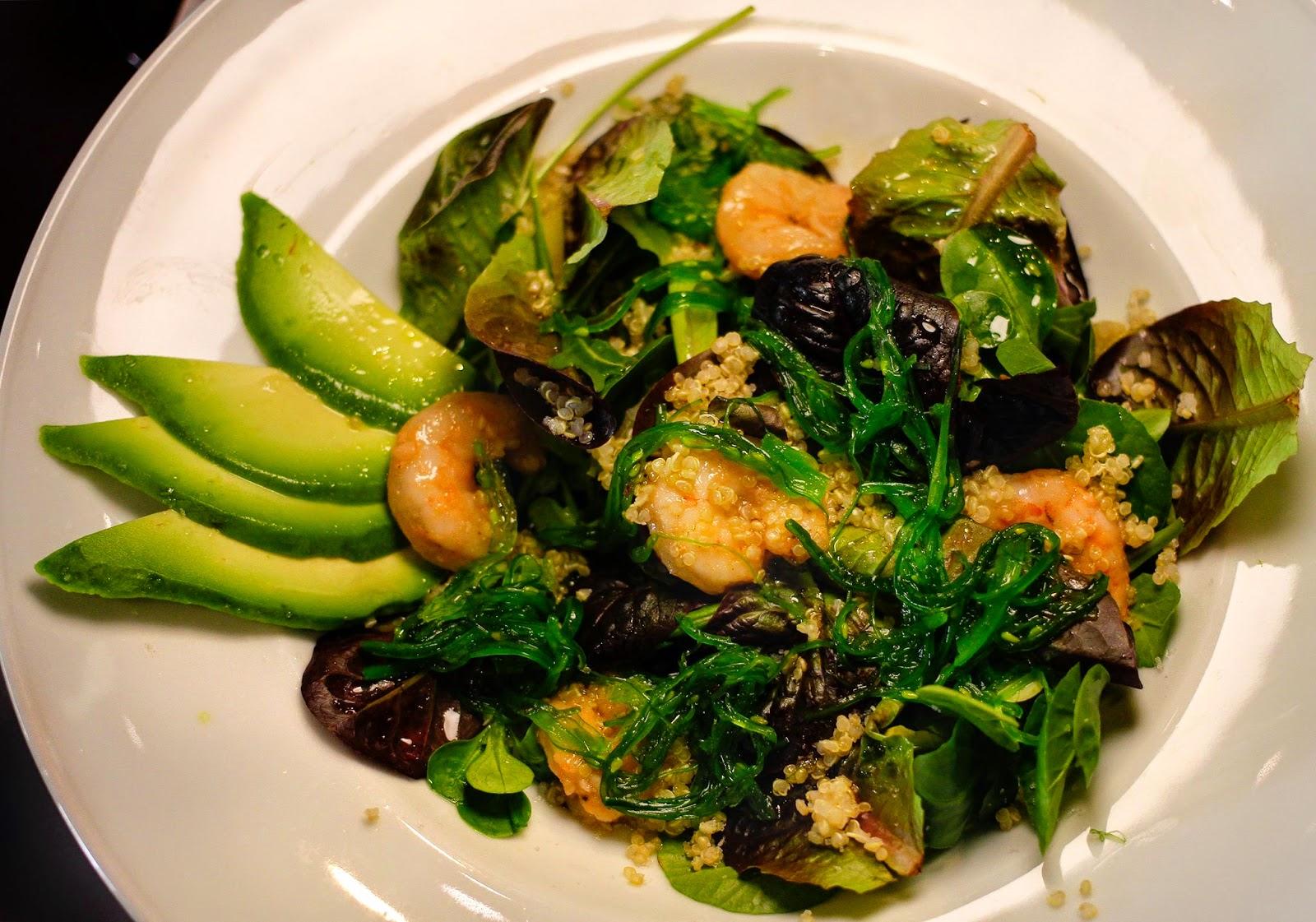 Ensalada con Quinoa, Langostinos, Aguacate y Algas
