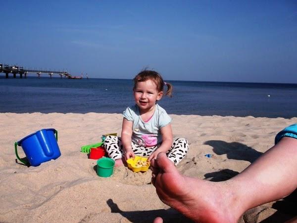dziecko na boso w kwietniu nad morzem na bosaka
