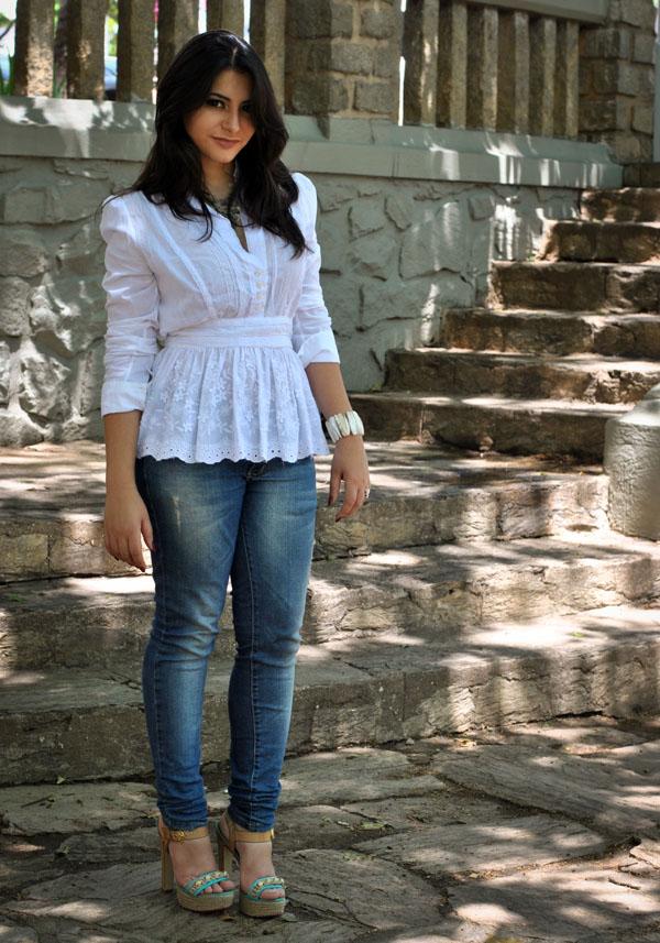 Bárbara Urias - Look: Jeans e camisa branca peplum
