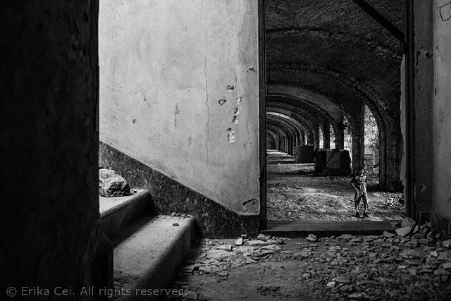 Silos Trieste migranti interno edificio