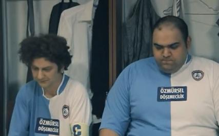 Avea'nın yeni reklamında Ata Demirer teknik direktör olmuş ve Fatih Terim'i taklit ediyor