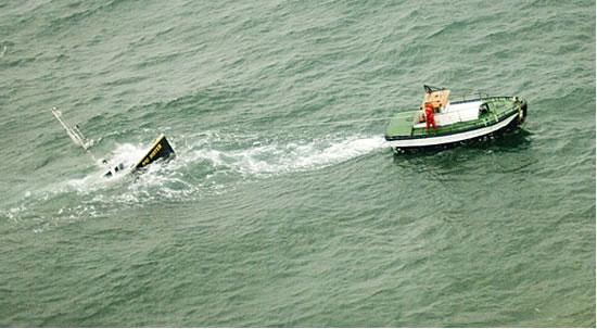 l 39 entretien d 39 un bateau le remorquage touage d 39 un bateau sur l 39 eau. Black Bedroom Furniture Sets. Home Design Ideas