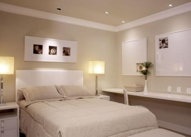 decoracao de interiores quarto de casal: colocar objetos coloridos para trazer um pouco de cor ao ambiente