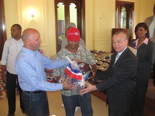 Plan Social de la Presidencia distribuye cascos y raciones alimenticias a motoconchistas