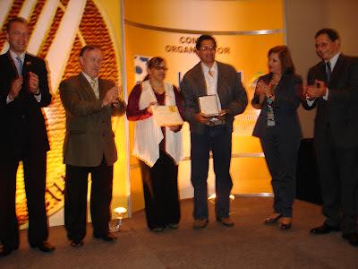 El Mejor Barista del Mundo Raul Rodas recibe Galardon Tenedor de Oro 2012