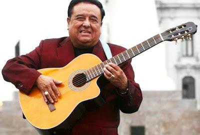 Lucho Barrios con su guitarra