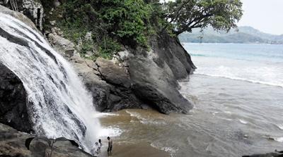Tempat Wisata pantai Banyu Anjlok Antara Pantai dan Air Terjun yang Indah