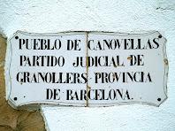 Placa a Can Valls amb el nom del poble, el partit judicial i la província a què pertany