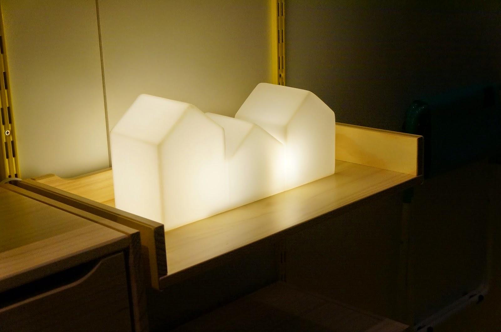 Bel Lobo - Coleção Vira e Mexe - Tok&Stok - luminária de mesa com duas lâmpadas fluorescentes