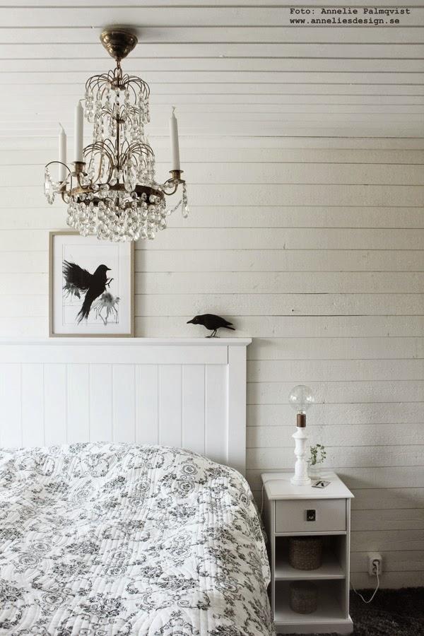 svart och vitt sovrum, vit liggande panel, panelen, svarta och vita, svart, vit, vita, konsttryck, tavla, tavlor, fågel, fåglar, korp, artprint, artprints, print, prints, poster, posters, sänggavel, sänggavlar, tempur säng, marmor lampa,