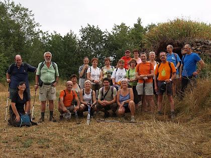 El grup de la caminada davant la barraca del Serrat del Moro